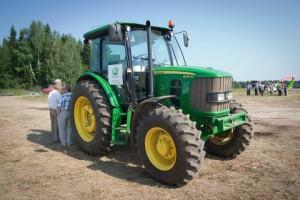 Трактор с жизнерадостной расцветкой