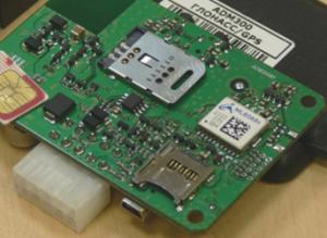 ADM 300 имеет держатель SIM карты с металлической защелкивающейся крышкой, которая надежно фиксирует карту, экранирует ее во время работы и снимает с рук статическое электричество при установке